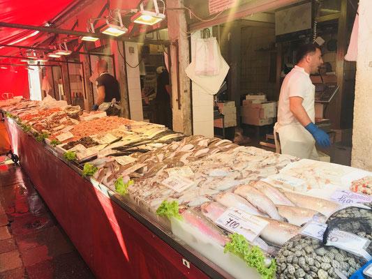 魚市場(ベニス)。新鮮な魚介類、地元の方が買いにきます。