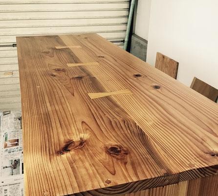 板をリボン型の木で貼り合わせます