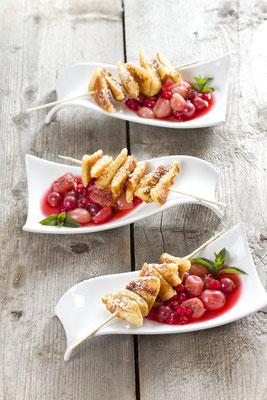 süße Kratzete-Spieße auf Stachel-Johannisbeerkompott