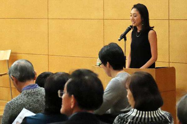 「間もなく開演です。皆様、席でお待ち下さい」と司会の太田彩乃さん