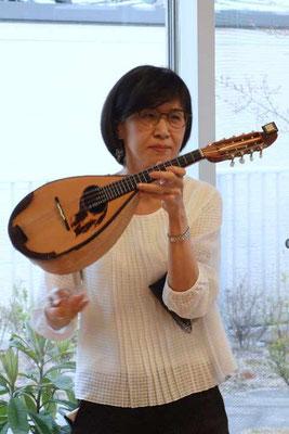 マンドリンは弦が2本ずつ8本あります、と楽器紹介。