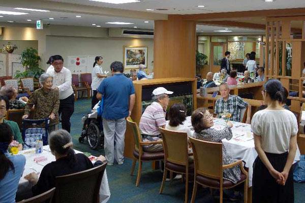 台風が近づく中、お客さんもご家族を含め60名ほどの人がお集まりです。