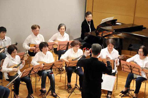 ピアノの浅川由利子さんが加わってクリスマスの曲が続きます。