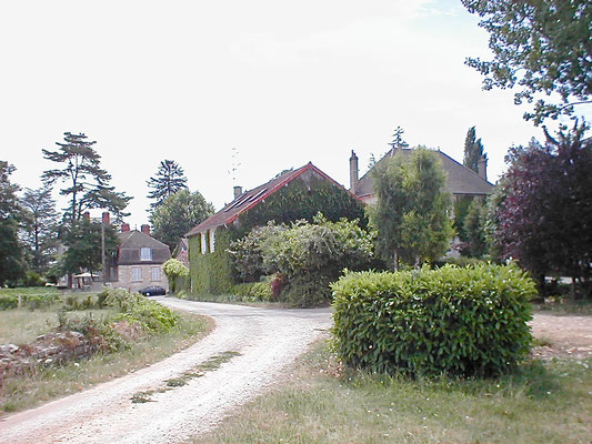 De oprijlaan en het woonhuis van Laurent Parize, wijnboer in de Bourgogne