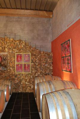 Kunstexpositie in de  speciale wijnkelder van Alain Cailbourdin waar zijn Tryptique ligt te rijpen op houten fusten
