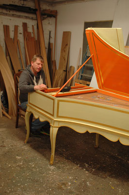 Tuning of the Double-manual French harpsichord after Pascal Taskin © photo A.Heinrichs-Heger