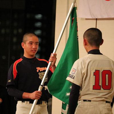 団旗の引継ぎ