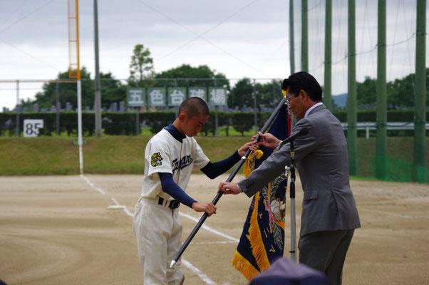 優勝旗を手にするキャプテン
