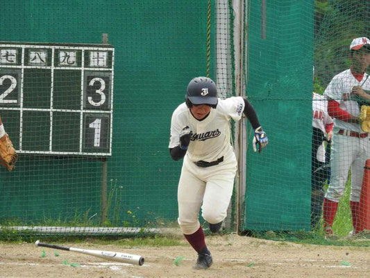 つつく代打室谷選手は右安で一死 一塁、三塁でチャンス拡大
