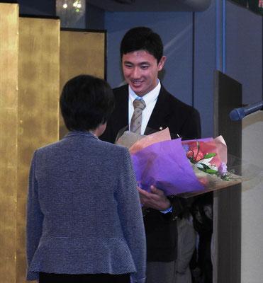 ドラフト指名のお祝いの花束の贈呈
