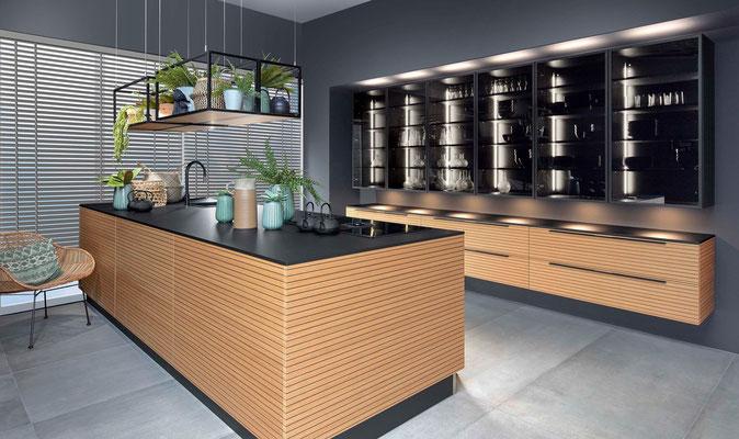 cuisine_interieur_design_bi_color_matiere_bois_noir_mat_sans_pognée_pushlash_îlot_central_colonne_extrem_black_intense