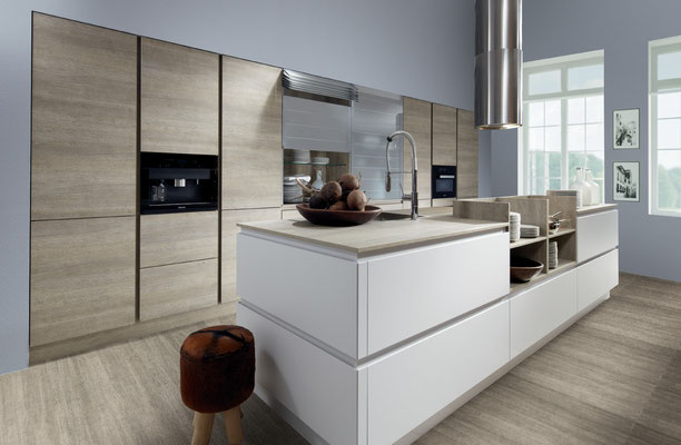 cuisine design bois blanc mat avec îlot central ,colonnes sans poignée cuisine design Toulouse