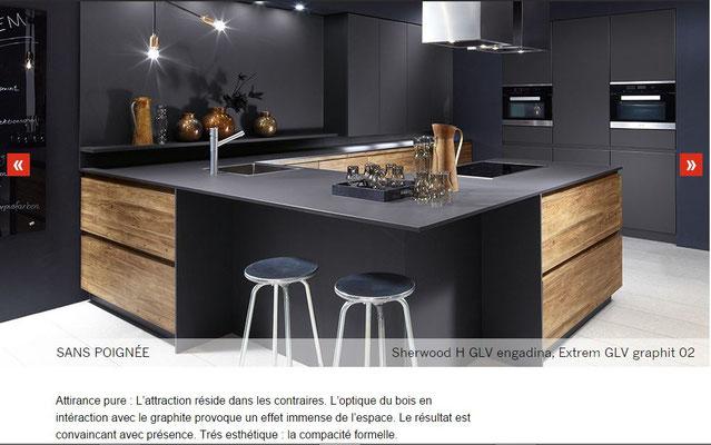 cuisine intérieur design tendance moderne  à toulouse noir et bois mur colonne sans poignée