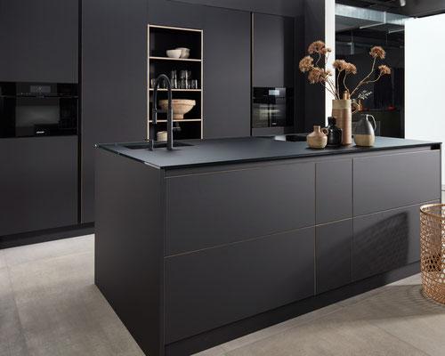 cuisine design Toulouse cuisine équipée bois et noire mat sur mesure et haut de gamme