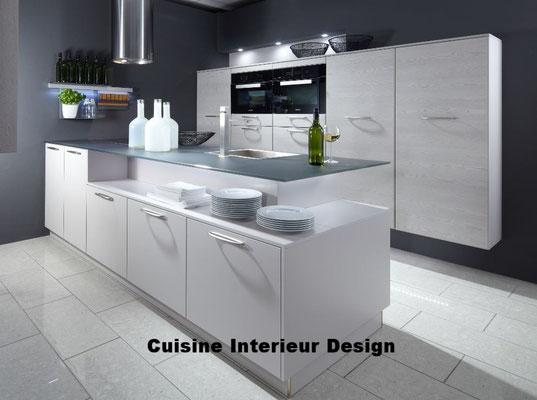 cuisine design contemporaine en laque avec ilot décalé mur technique schroder Toulouse