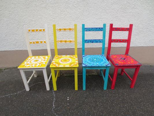 Bemalte Stühle farblich passend zu den Räumen.