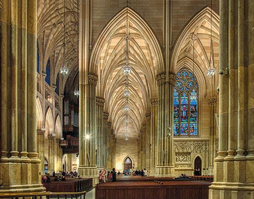 Die St. Patrick's Cathedral ist die größte im neugotischen Stil erbaute Kathedrale in den Vereinigten Staaten. Sie befindet sich an der Fifth Avenue in Manhattan, zwischen der 50. und der 51. Straße, direkt gegenüber dem Rockefeller Center. Wikipedia