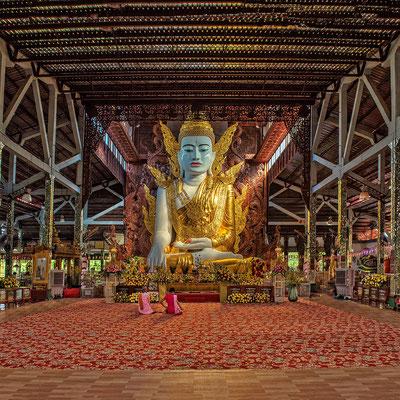 """GEKRÖNTER BUDDHA (Yangon) Der """"Ngahtatgyi"""" - eine fast 14 m hohe, sitzende Figur eines gekrönten Gautama Buddha aus dem Jahr 1900"""