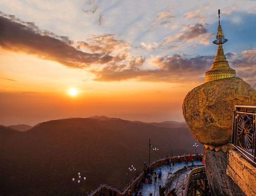 Der Goldene Fels ist eine der heiligsten buddhistischen Stätten in Myanmar. Wikipedia