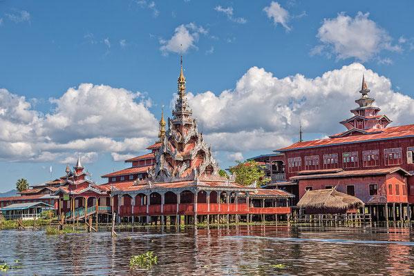 Tempel on Lake