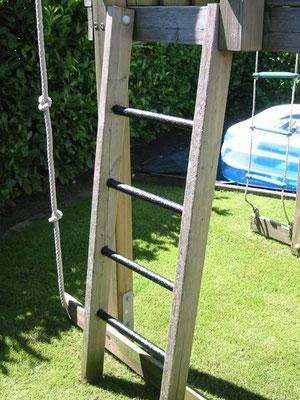 PROTECTAKOTE Antirutschfarbe auf Leiter eines Spielgerüsts