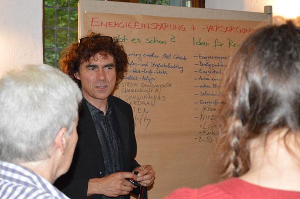 Jörg Wortmann bei der Moderation eines Thementisches nach der Auftaktverstaltung