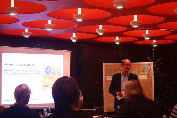 Bürgermeister Björn Warmer begrüßt die Interessenten zum Workshop