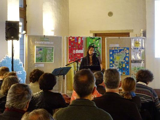 Frau Estrella Piechulek stellt Projekte der Kitas und Schulen in Reinbek während der Aufbruchveranstaltung vor