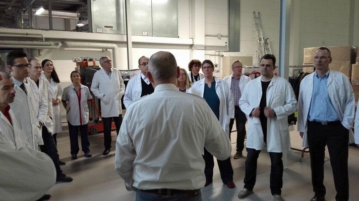 Betriebsleiter Hr. Jürgensen erklärt den Interessierten den Waschbetrieb