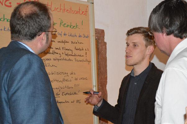 Fabian Aschenbach bei der Moderation eines Thementisches nach der Auftaktverstaltung