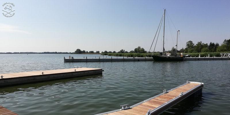 Im Hintergrund der Anleger für Fahrgastschiffe, links einer der beiden für Ruderboote geeigneten Anlegestege