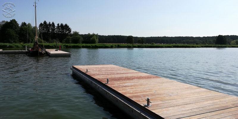 An diesen beiden Stegen können auch Ruderboote festmachen.