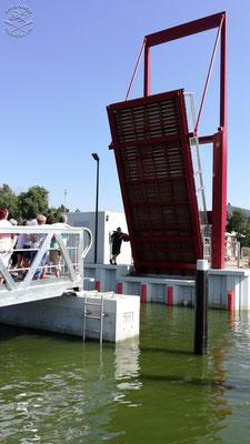 Klappbrücke für alle Boote, die von der Slip oder den Dauerliegeplätzen in Richtung Stettiner Haff fahren wollen