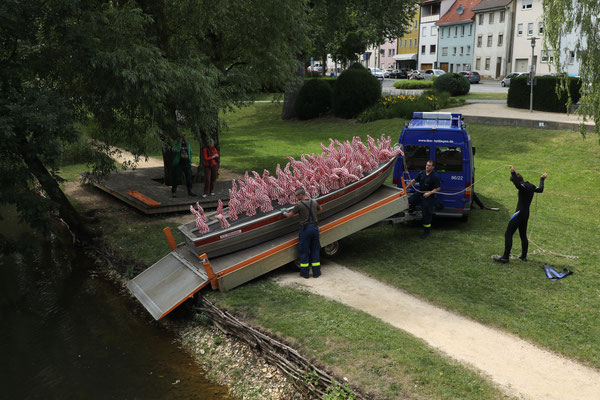 KATHARINA KRENKEL Feuer 2016-2019, Absperrband gehäkelt, Boot