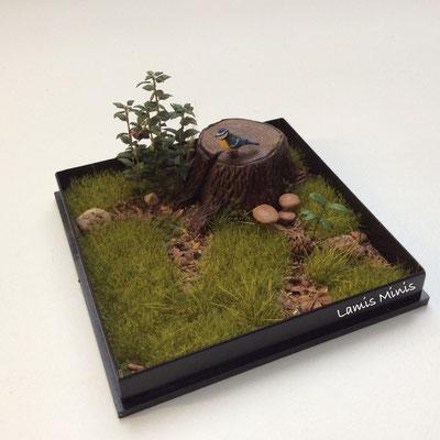 Baumstumpf mit Blaumeise