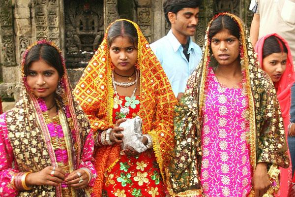 Pilgerinnen zum Hindu-Tempel im Kangra Tal, Himachal Pradesh