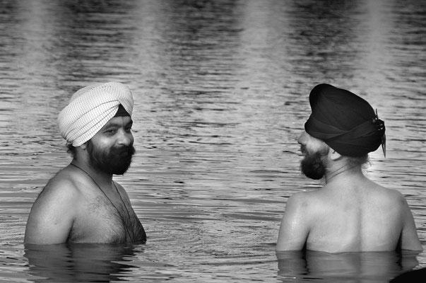 Ein heiliges Bad im Bassin des Sikh-Tempels in Delhi (Indien)