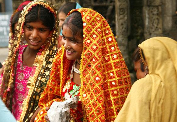 Kangra Tal, Pilger vor einem Hindutempel