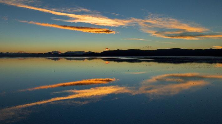 Spiegelung im leicht (ca 3 cm) unter Wasser stehenden Salar Uyuni