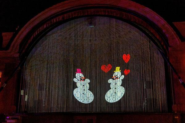 "#17: ""Shake it"", Francois Chalet, im Pavillon am Nationalquai, quasi als riesige Schneekugel; comic-artige flows, bei shake Geschichtenwechsel"