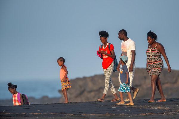 Familie beim Abendspaziergang an der Ostküste der Insel Santiago, Nähe Pedra Badeja