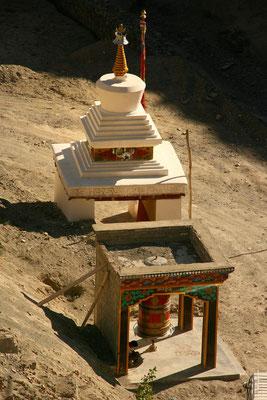 Stupa und Gebetsrad vor Rizong