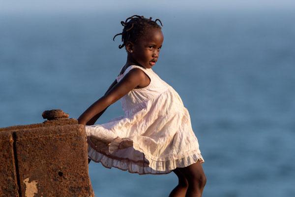 Kleines Mädchen in der Nachbarschaft des Ecohauses bei Pedra Badeja