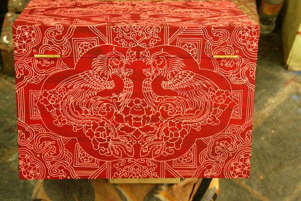 Mandalakunst auch auf Holztruhen
