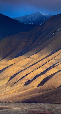 und die Landschaft grüsst uns zum Abschluss farb- und formstark; der angezuckerte Berg im Hintergrund heisst übrigens Helvetiafjellet (Helvetia-Berg)