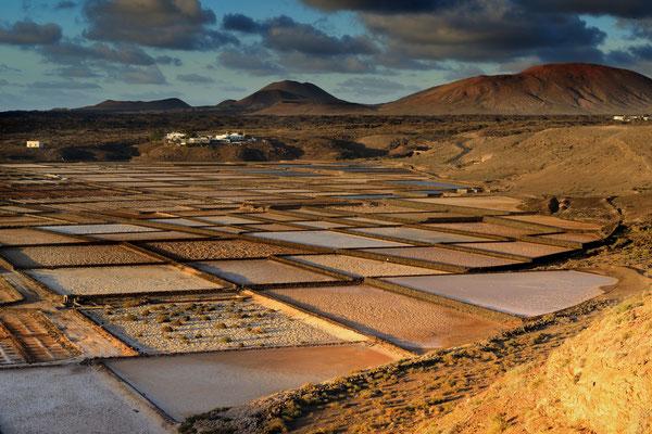 Salinas de Janubio bilden die größte Salzgewinnungsanlage der Kanarischen Inseln