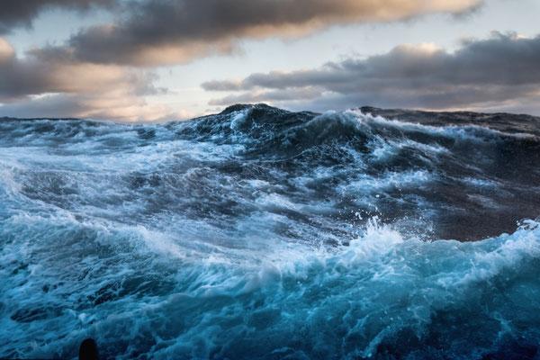 Das U-Boot hat sich als solches bestätigt; es folgt nun eine 40 Stunden -Tortur mit bis zu 7 m hohen Wellen; jeder Toilettengang garantiert Hämatome; man bleibt am liebsten in der Pritsche