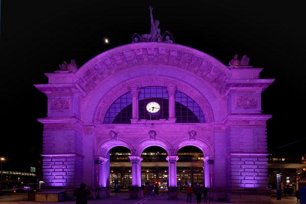 "#1 ""Welcome LILU"", beleuchteter Torbogen am Bahnhof"