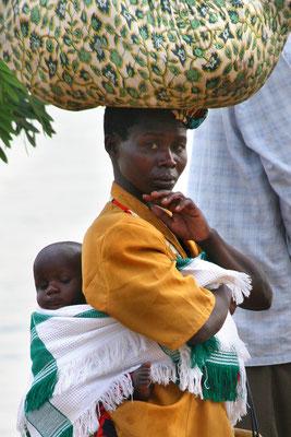 Bei der Nil-Fähre nach Murchinson, Ugande, Frau mit Kind und Pack