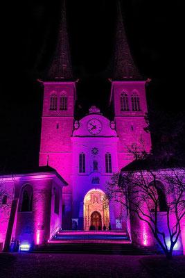 Beleuchtete Hofkirche, einladend zu #16 Genesis, Schöpfungsgeschichte neu interpretiert, mit Orgelunterstützung Sieber